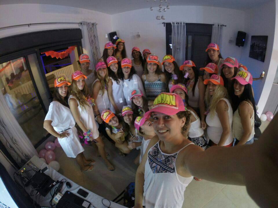 שמות על כובעים ורודים למסיבת רווקות