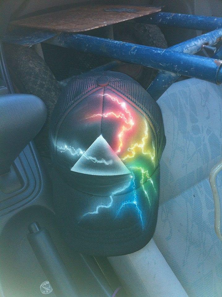 ברקים בשלל צבעים על גבי כובע שחור