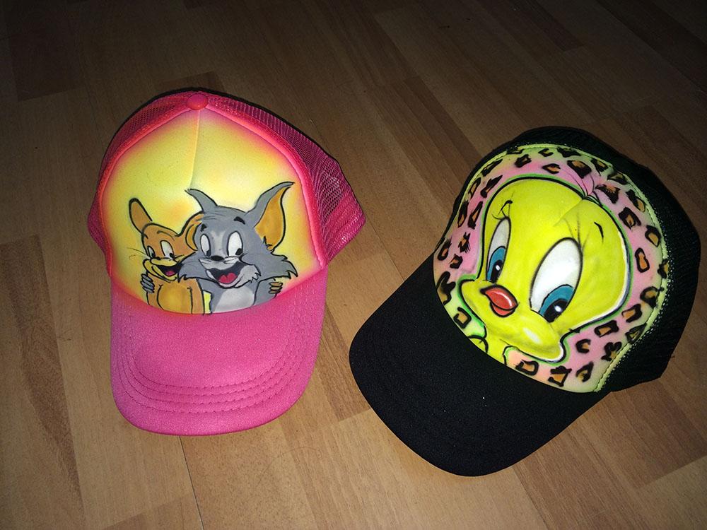קריקטורות על כובעים מדמויות מסדרות ילדים
