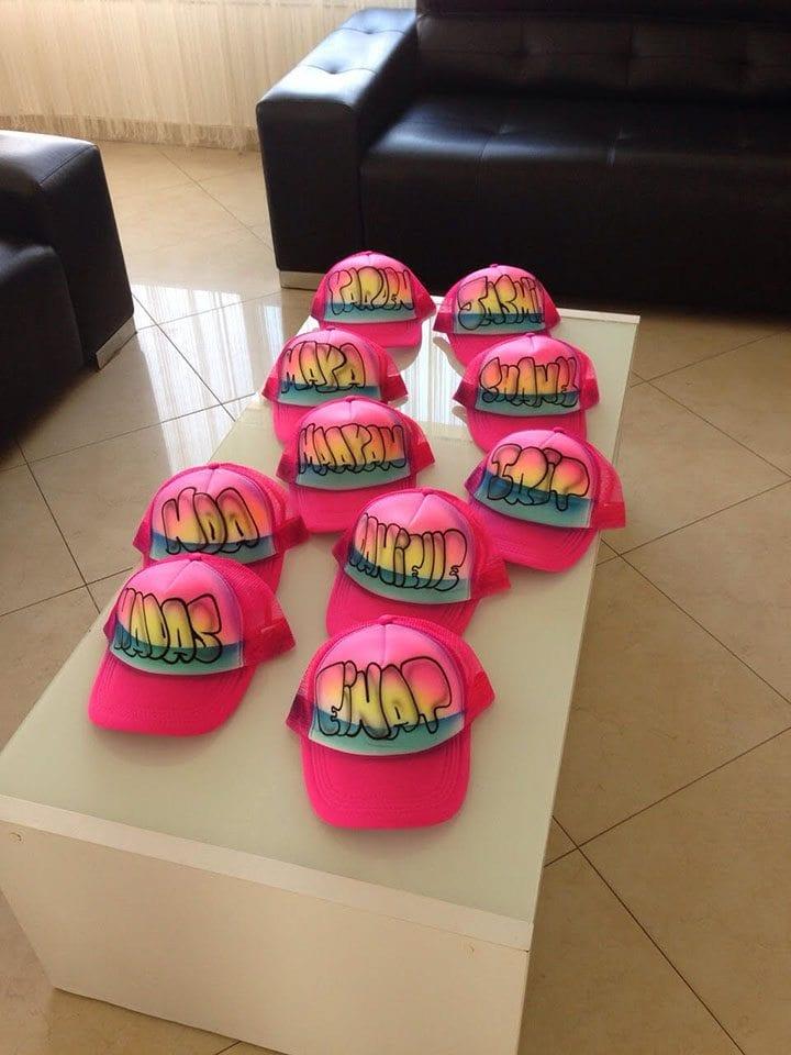 כובעי שמות עם קריקטורות על גבם בשלל צבעים