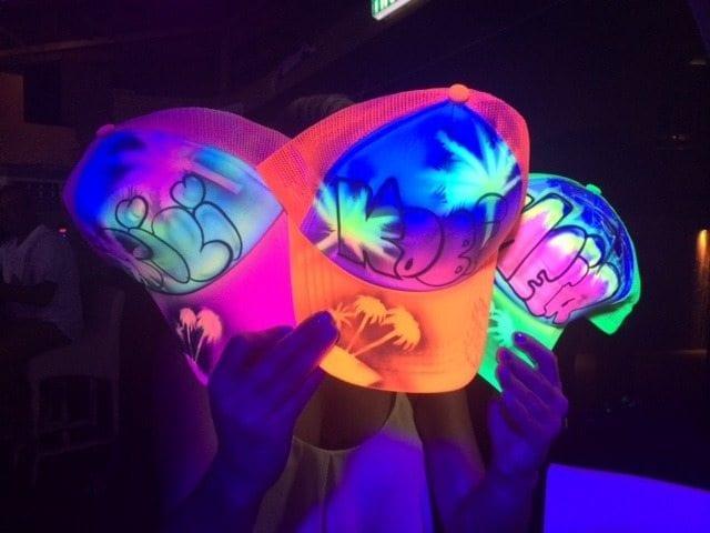 כובעי קריקטורות אולטרה זוהרים בחושך