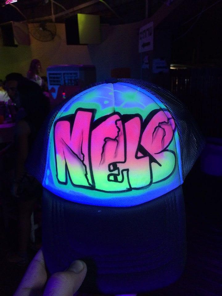 קריקטורות של שמות על גבי כובעים זוהרות בחושך