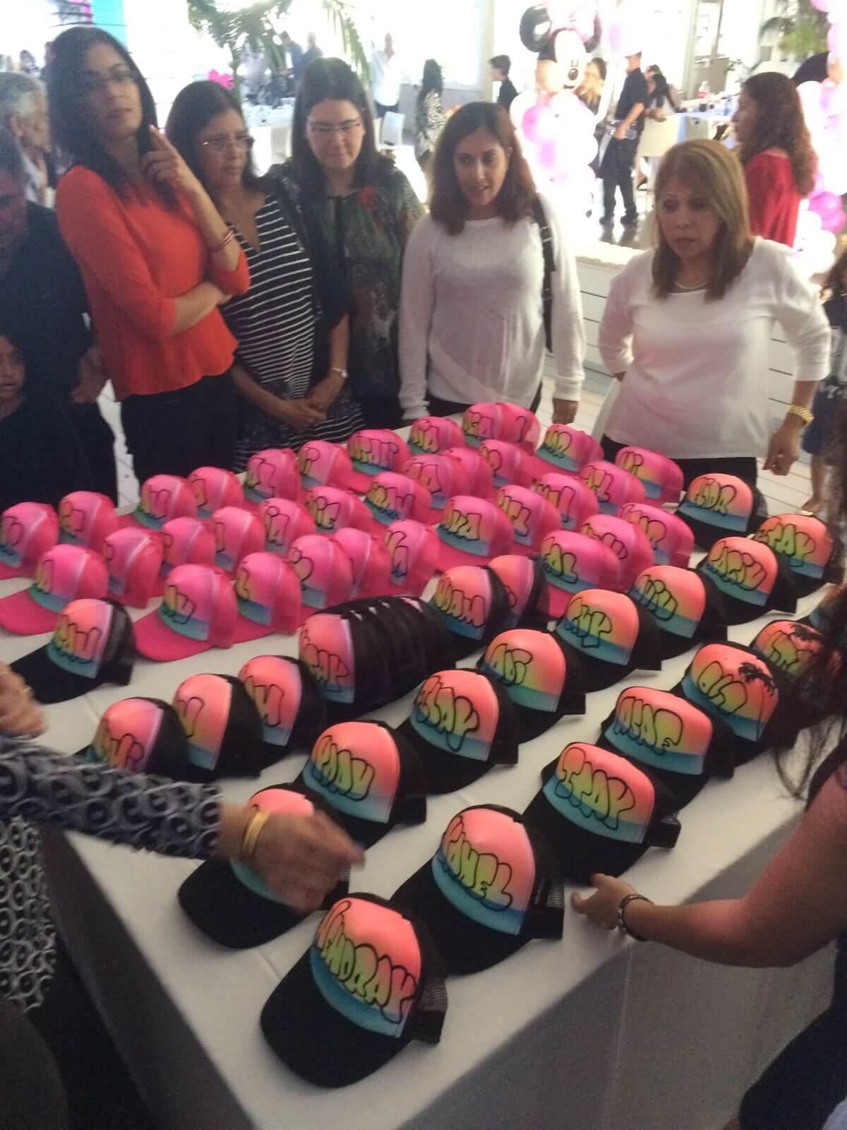 גרפיטי על כובעים בצבעים שונים