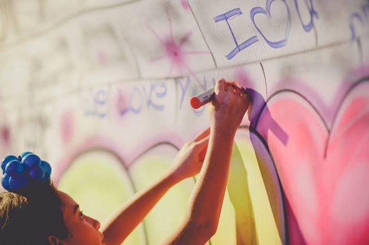 ילדים רושמים על קיר גרפיטי