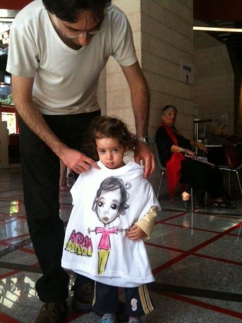 גרפיטי על חולצה לילדה