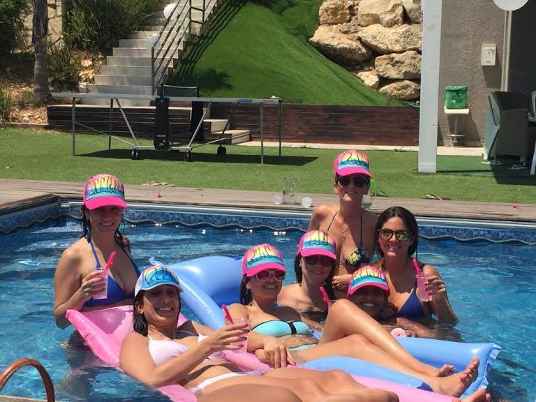 כובעים בבריכה
