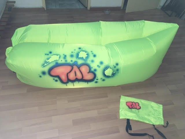 ספה מתנפחת עם שם גרפיטי