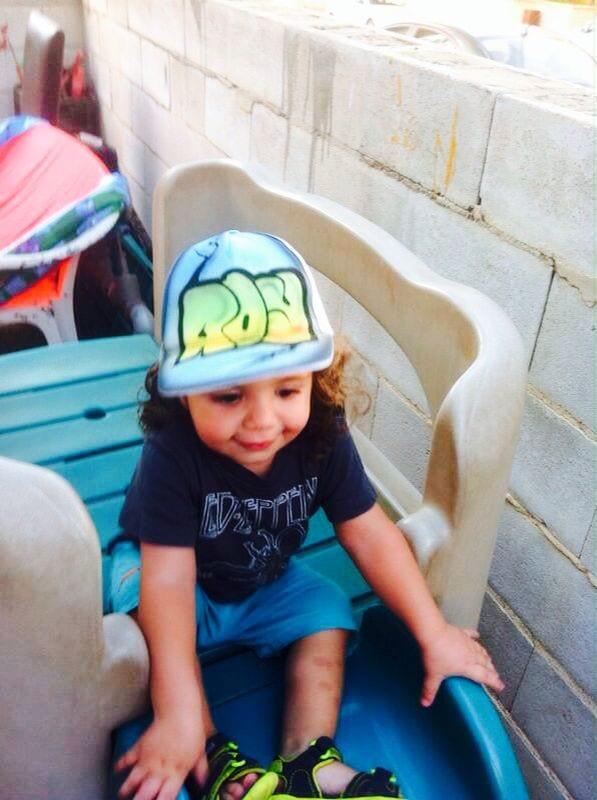 ילד עם כובע גרפיטי